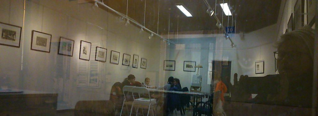 """Während der Abendöffnungszeit meiner Ausstellung """"Obitelj Strauss 1895-2006"""" in der Likovna Galerija, Pazin, Kroatien"""